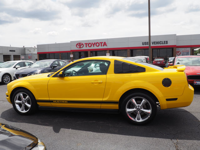 Pre-Owned 2005 Ford Mustang V6 Deluxe
